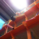 Cool bleiben! Ein Kind (nicht meins) testet das Netz im 4. Stock des Kletterbaugerüsts.