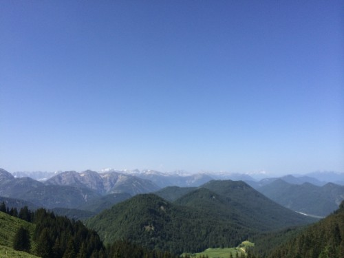 Unbezahlbar, möchte man gerne sagen. Stimmt aber nicht. Ein bisschen Geld haben wir zu diesem Zeitpunkt schon in den Bergen gelassen. Der 10-Uhr-Early-Bird-Ausblick von den Roßstein Almen war es wert.
