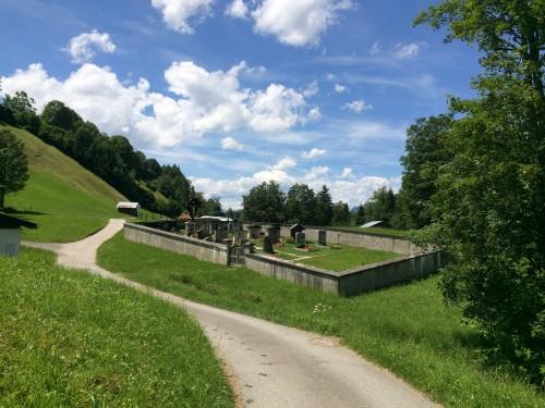 Jedem Dorf sein eigener Friedhof. So ist das in Bayern.