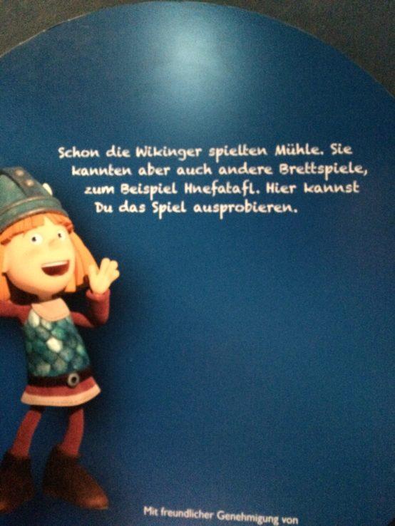 Natürlich führt Wiki die Kinder durch die Ausstellung.