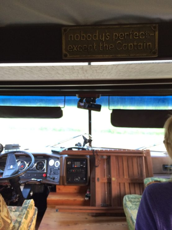 Im Wohnmobil regiert der Captain. Nettes Detail: vorne erkennt man noch das Autotelefon (mit Schnur)