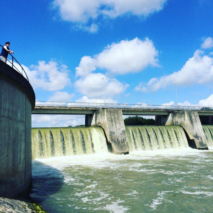 An Staustufen kommt man mehrmals vorbei. Die hier sieht besonders imposant aus und wird auf den Namen Huber-Dam getauft.