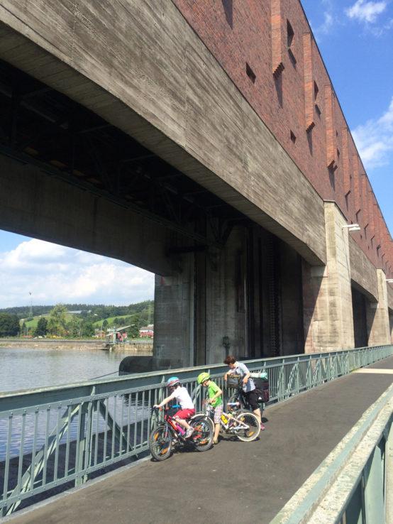 Kurz vor Passau: großer Damm mit Kraftwerk.