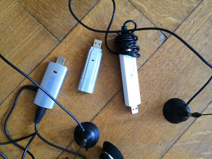 DVB-T lebt weiter. Zumindest in diesen drei USB-Adaptern. Einer No-Name (ihr könnt ihm aber einen Namen geben, z.B. Walter) und zwei von Elgato/Eye-TV. Die wissen, wie man gute Sticks herstellt. Einer hat sogar Anschlüsse für zwei Antennen. Doppelt guter Empfang!