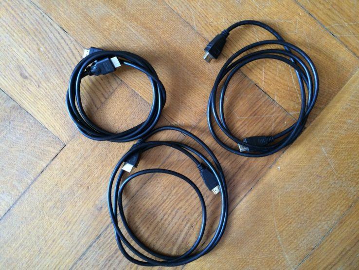 Drei HDMI-Kabel. Damit kann man z.B. drei Festplattenrekorder in Reihe schalten. Einfach so, weil es geht. Teilweise in Gold. Ich sag nur: Inflation!