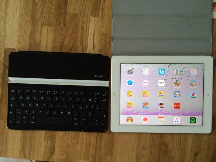 iPad2. Eigentlich noch voll funktionsfähig, hat aber Display-Probleme, die bis jetzt durch 1-2 mal draufhauen immer verschwunden sind. Das geht jetzt leider nicht mehr, aber ein Bastler sollte da noch was hinbekommen. Als Bonus dazu noch eine externe Logitech-Tastatur. Hat alle Buchstaben, die man braucht und sogar Sonderzeichen.