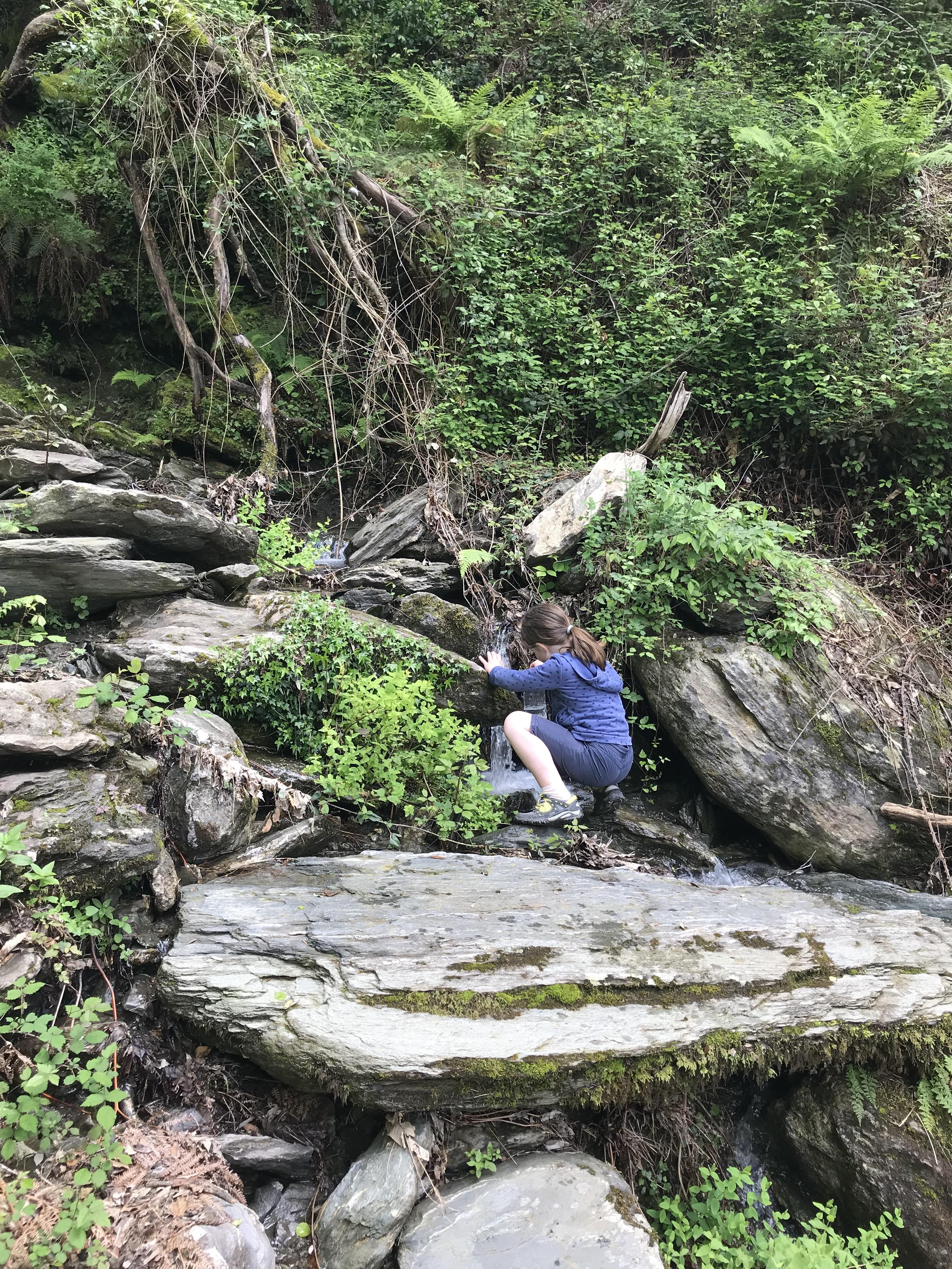Bergab müssen wir Wasser nachfüllen. Meine Schuld. Ich hab den Proviantrucksack vergessen. Deshalb gab es am Gipfel auch nur Hefezopf, den die Kinder noch zufällig im Rucksack hatten.